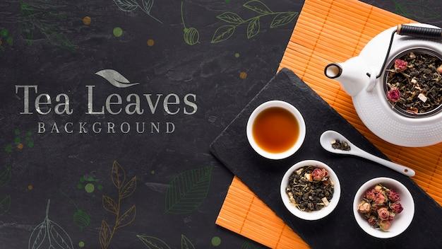 Vista dall'alto foglie di tè ed erbe deliziose Psd Gratuite