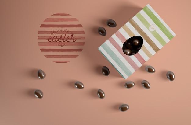 Vista dall'alto uovo di cioccolato in scatola con caramelle accanto Psd Gratuite