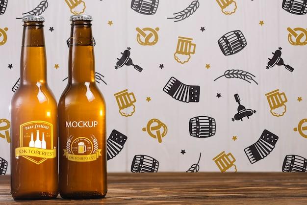 Vista frontal de botellas de cerveza con espacio de copia PSD gratuito