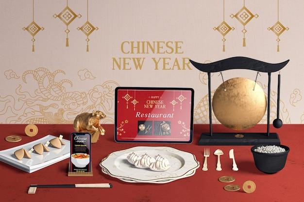 Vista frontal de cubiertos y galletas de la fortuna para el año nuevo chino PSD gratuito
