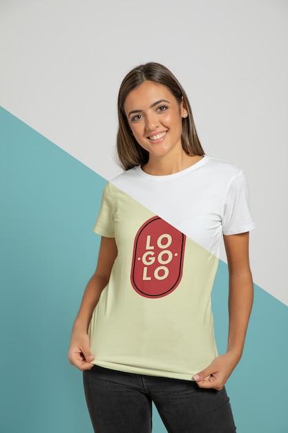 Vista frontal de la mujer con camiseta PSD gratuito