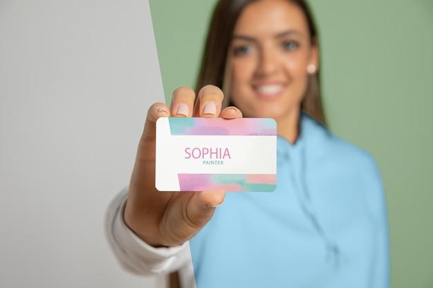 Vista frontal de la tarjeta de presentación de mujer mostrando PSD gratuito