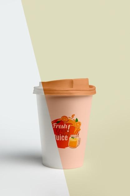 Vista frontal de la taza de café con tapa PSD gratuito