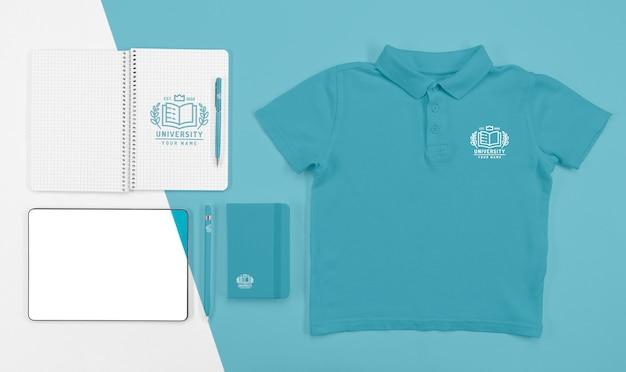 Vista superior de la camiseta de regreso a la escuela con cuadernos y bolígrafo PSD gratuito