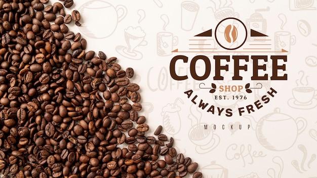 Vista superior de granos de café en el escritorio PSD gratuito