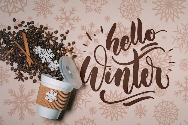 Vista superior de granos de café y hola letras de invierno PSD gratuito
