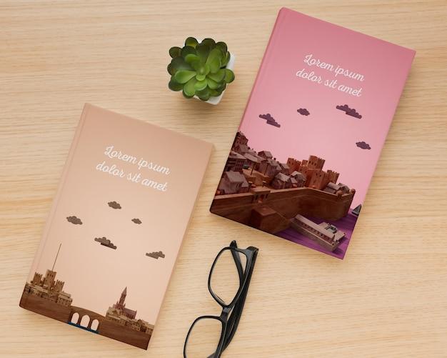 Vista superior de libros minimalistas cubren surtido de maquetas PSD gratuito