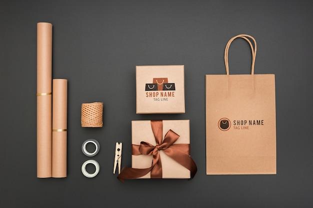 Vista superior maqueta envuelta regalos y bolsa de papel PSD gratuito
