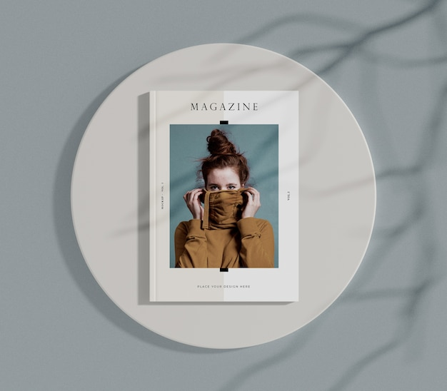 Vista superior mujer en portada maqueta de revista editorial PSD Premium