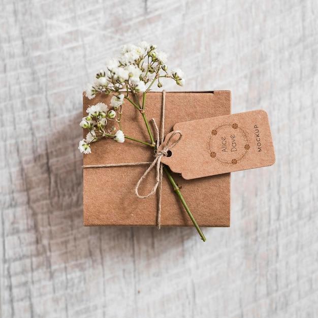 Vista superior de regalo de boda con maqueta PSD gratuito