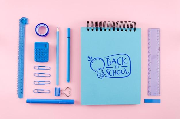 Vista superior de regreso a la escuela con fondo rosa PSD gratuito