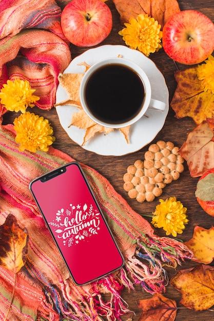 Vista superior taza de café con hojas secas y frutas PSD gratuito