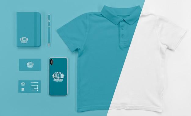 Vista superior del teléfono inteligente de regreso a la escuela con camiseta PSD Premium