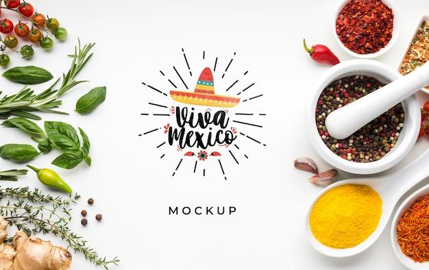 Viva mexico-model omringd door kruiden en specerijen Gratis Psd