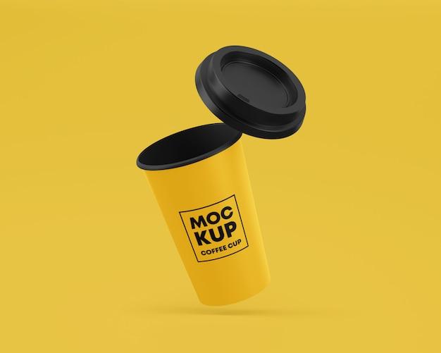 Vliegende papieren koffiekopje mockup met dop Premium Psd