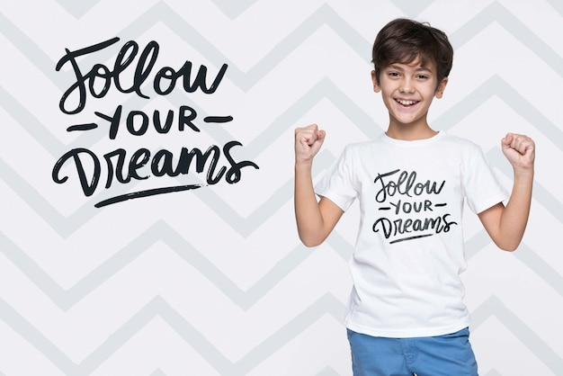 Volg je dromen jonge schattige jongen mock-up Gratis Psd