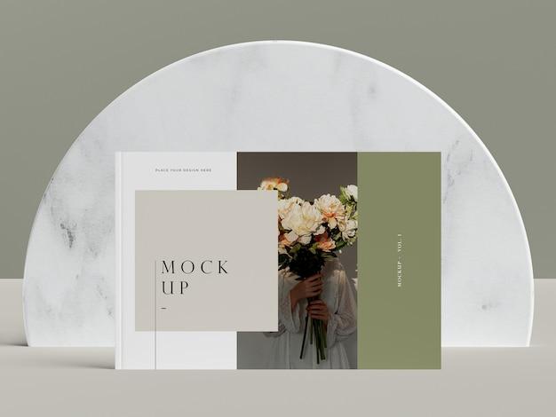 Vooraanzicht cover met bloemen redactionele tijdschrift mock-up Gratis Psd