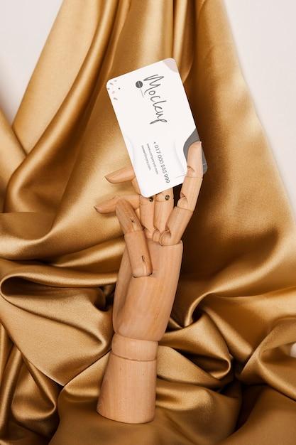 Vooraanzicht houten hand met visitekaartje Gratis Psd
