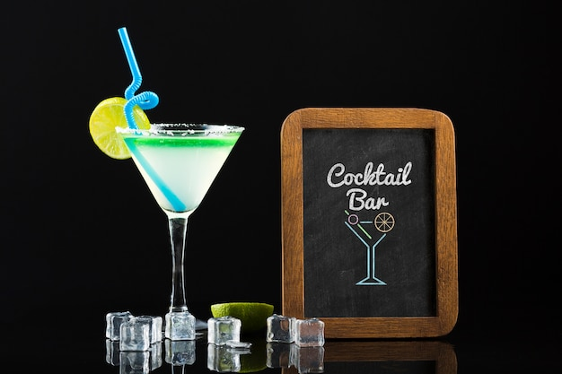 Vooraanzicht van cocktail mock-up concept Gratis Psd