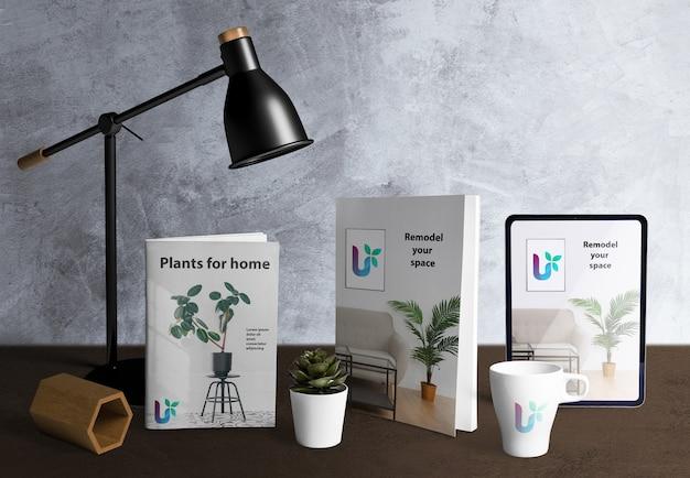 Vooraanzicht van de maker van de bureauscène met plantelementen Gratis Psd