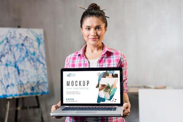 Vooraanzicht van de vrouwelijke laptop van de kunstenaarsholding Premium Psd