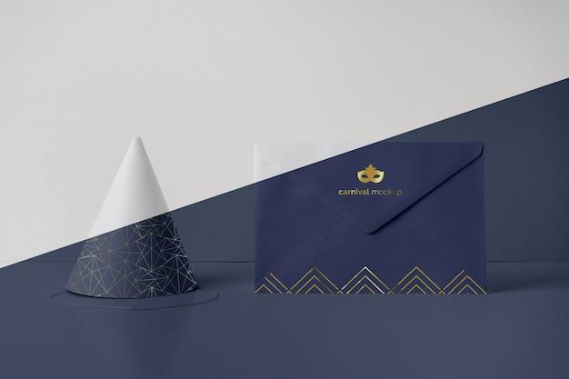 Vooraanzicht van envelop met uitnodiging voor carnaval en kegel Gratis Psd