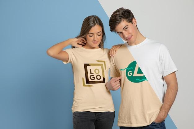 Vooraanzicht van het paar poseren in t-shirts Gratis Psd