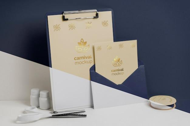 Vooraanzicht van minimalistische carnavaluitnodiging met klembord en envelop Premium Psd