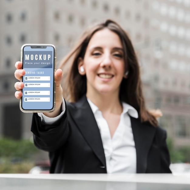 Vooraanzicht van vrouw met een smartphonemodel Gratis Psd
