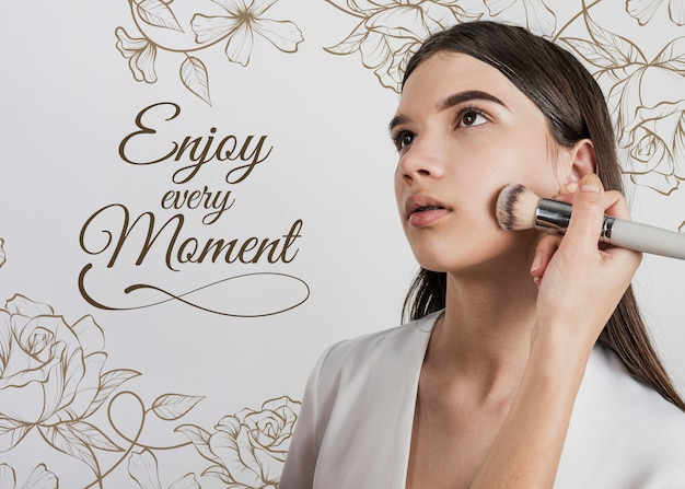 Vooraanzicht van vrouw met make-upborstel Gratis Psd