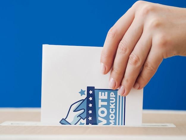 Vooraanzicht vrouw stembiljet mock-up aanbrengend doos Gratis Psd