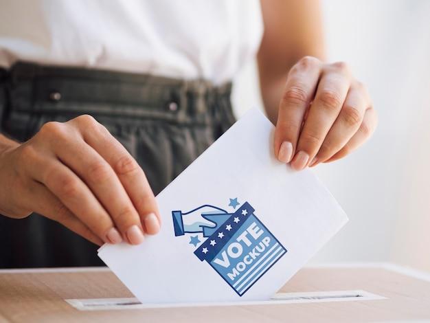 Vooraanzicht vrouw stembiljet mock-up in doos zetten Gratis Psd