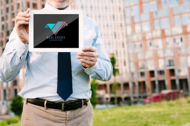 Vooraanzichtarchitect die een tabletmodel houdt Gratis Psd