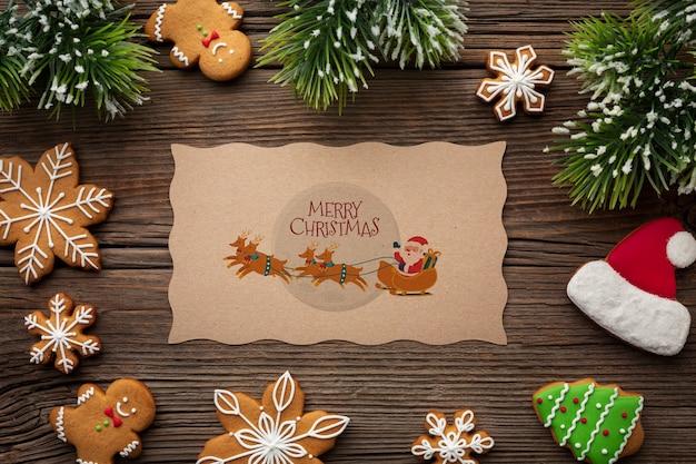 Vrolijk kerstmodel en snoepjes en pijnboombladeren Gratis Psd