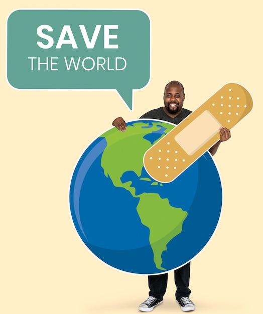 Vrolijke ecologist met sparen de symbolen van het wereldconcept Gratis Psd