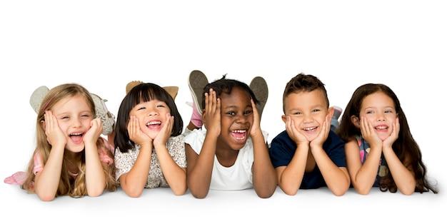 Vrolijke kinderen hebben samen een geweldige tijd Premium Psd