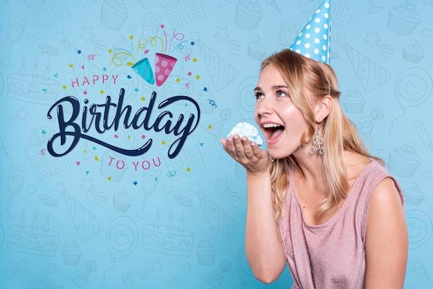 Vrouw die cake eet bij verjaardagspartij Gratis Psd