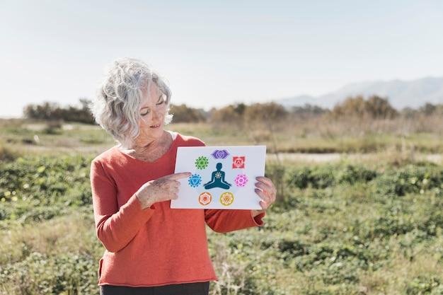 Vrouw die een teken van het meditatiemodel houden Gratis Psd
