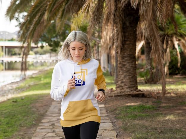 Vrouw die hoodie het lopen draagt Gratis Psd