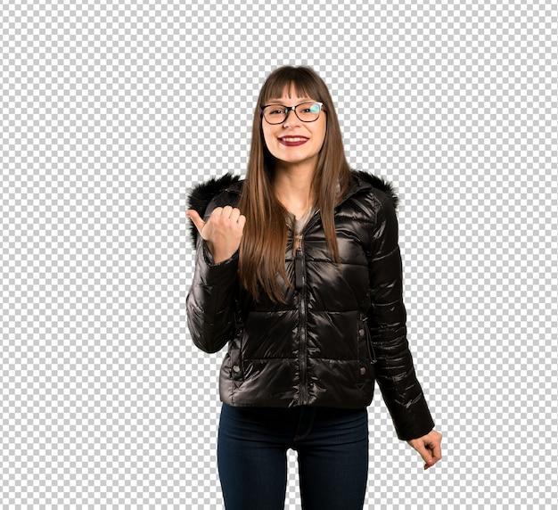 Vrouw die met glazen aan de kant richt om een product te voorstellen Premium Psd