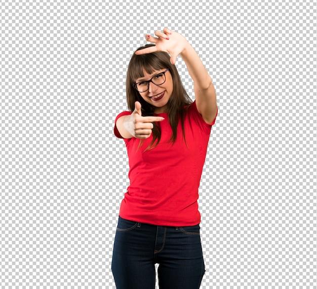 Vrouw die met glazen gezicht concentreert. kader symbool Premium Psd