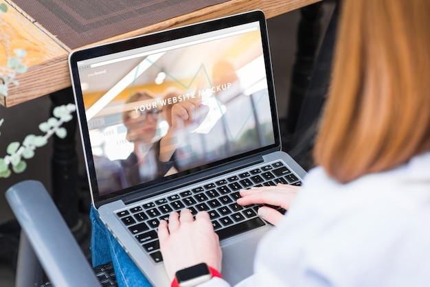 Vrouw die met laptop mockup werkt Gratis Psd