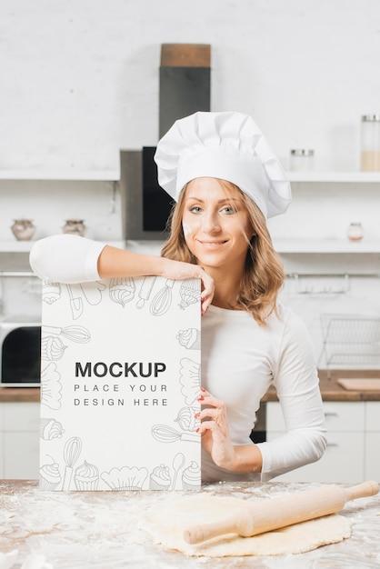 Vrouw in de keuken met deegroller en deeg Premium Psd