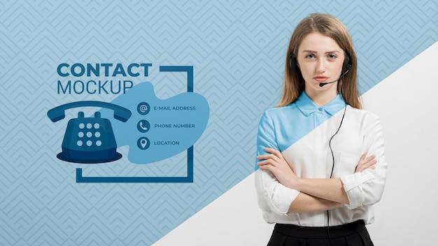 Vrouw met assistent van het hoofdtelefoons call centre Gratis Psd
