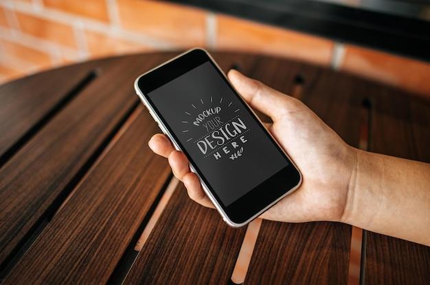 Vrouw met behulp van smartphone psd mockup Gratis Psd