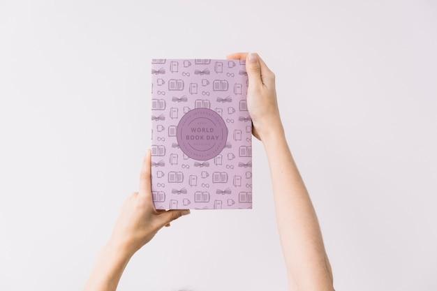 Vrouw met boek cover mockup Gratis Psd