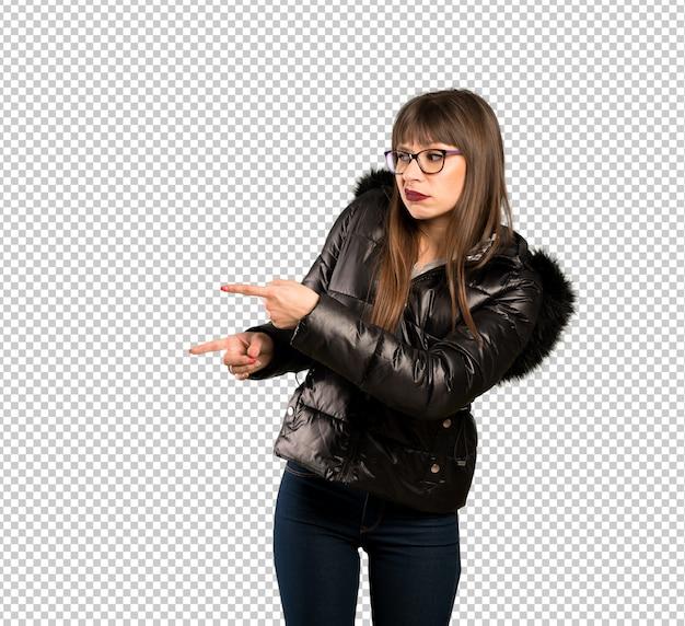 Vrouw met bril bang en wijzend naar de kant Premium Psd