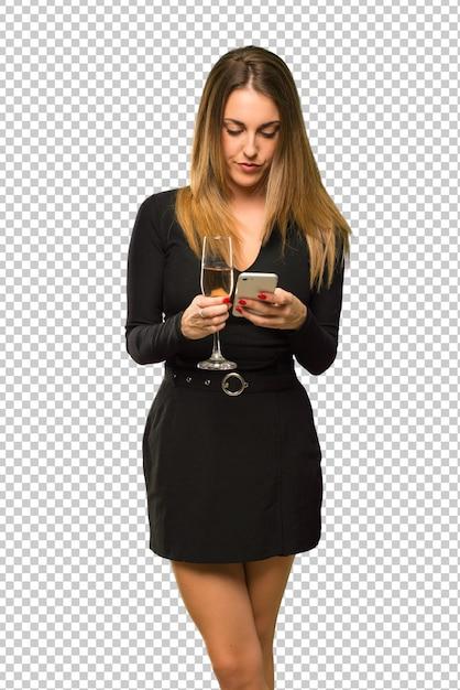 Vrouw met champagne die nieuw jaar 2019 viert die een bericht of e-mail met mobiel verzendt Premium Psd