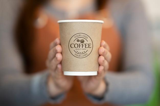 Vrouw met papieren koffiekopje mockup Gratis Psd