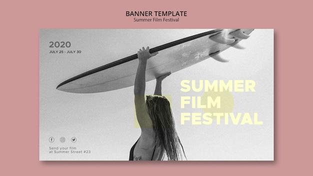 Vrouw met surf zomer film festival sjabloon voor spandoek Gratis Psd